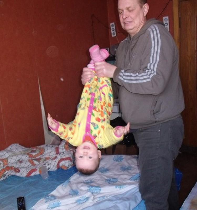 Tėtis su vaikais žaidžia judresnius žaidimus