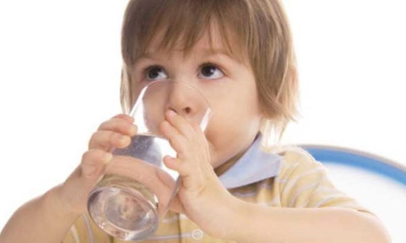 Kaip maitinti vaikus, kad jiems nepritrūktų skysčių?
