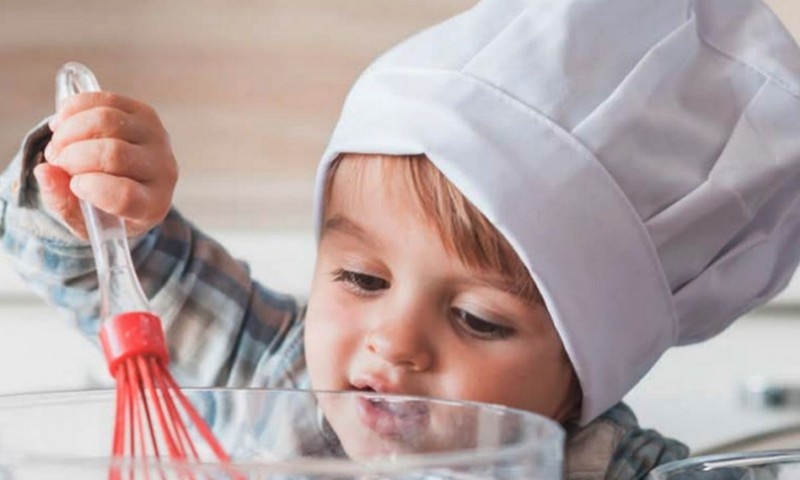 8 idėjos, kaip mažylį įdarbinti virtuvėje, kol gaminate