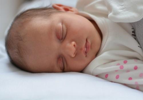 Ką daryti, jei kūdikis galvą suka tik į vieną pusę?