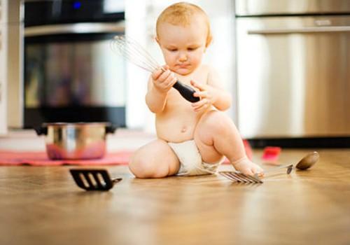 Vaikas žaidžia su lūpdažiu ar šakute: kaip atsiimti taikiai?