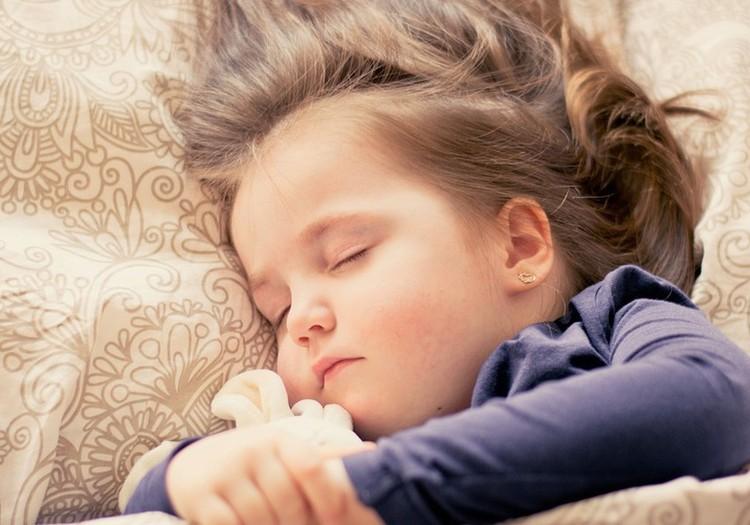 Vaikas pabunda šlapioje lovoje? Sužinok, kaip gali jam padėti!