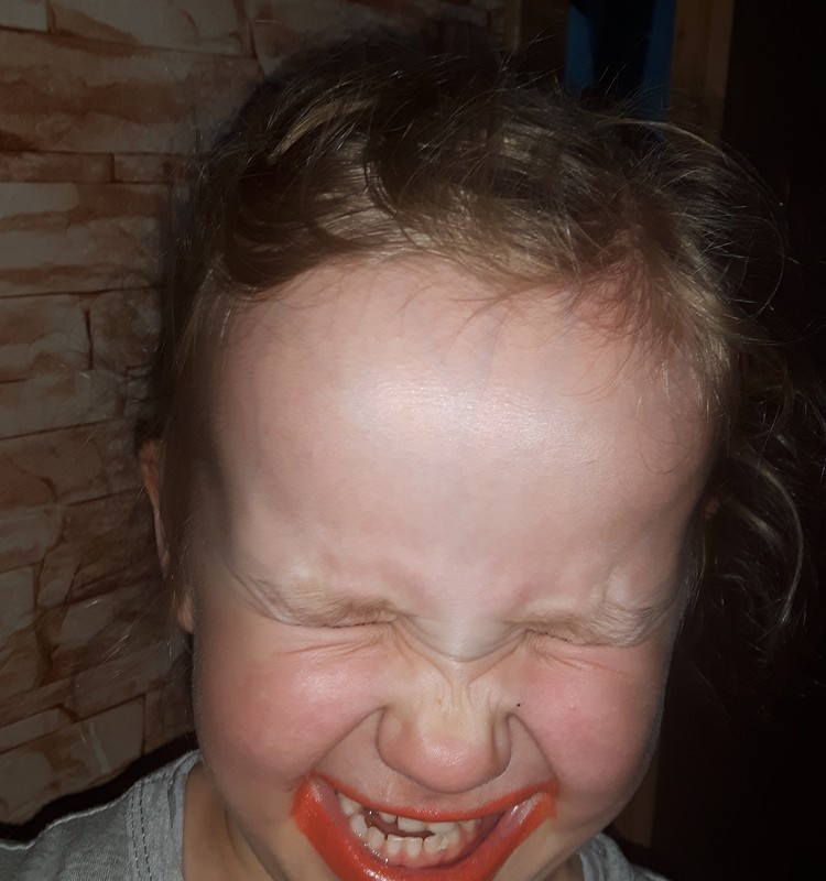Augustės dienoraštis: nutrūktgalvė mergaitė dažytom lūpom