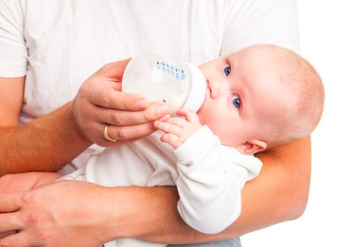 Kaip parinkti kūdikiui pieno mišinį, kad nepūstų pilvuko?