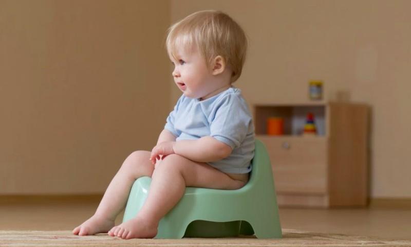 Neverskite mažylio sėdėti ant puoduko