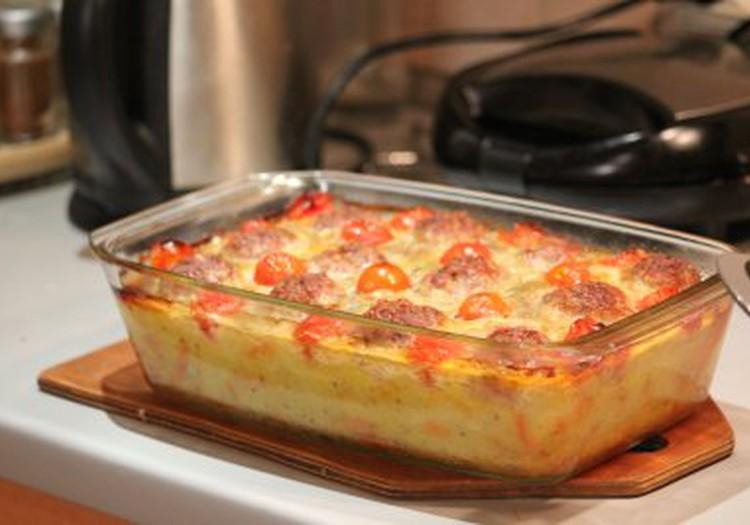 Vasaros skoniai: Bulvių plokštainis su mėsos kukuliukais ir pomidorais