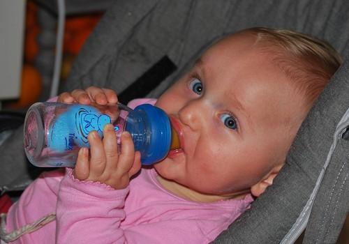 Ar karštą vasaros dieną galima duoti vandens mažam kūdikiui?