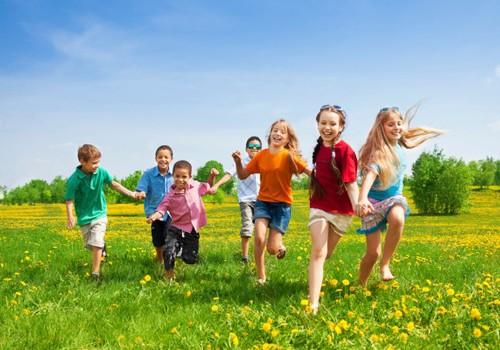 Žaidimai su vaikais gamtoje: 6 idėjos