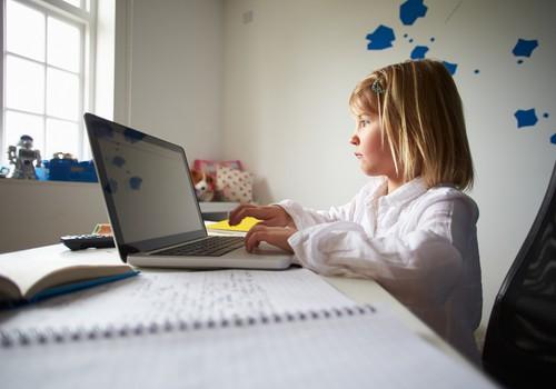 Į mokyklinuko kuprinę – ne tik sąsiuvinis, bet ir kompiuteris