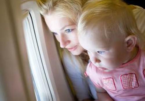 Ką daryti, kai skrendant lėktuvu vaikui užgula ausytes
