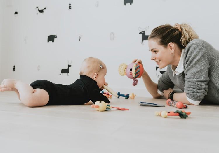 Kūdikis mokosi verstis ant pilvo ir atgal – kaip galime jam padėti?