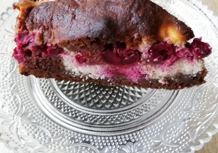 TOKIA MŪSŲ KASDIENYBĖ. Pyragas su vyšniomis, varške ir šokoladu.