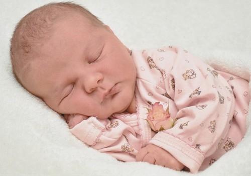 Kūdikis guli ant vienos pusės: kokie pavojai?