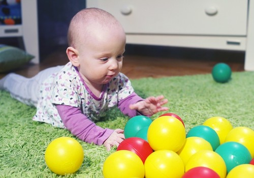 9 mėnesių mažyliui sauskelnes galima keisti ne tik jam gulint