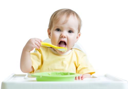 Neduokite kūdikiui per anksti papildomo maisto