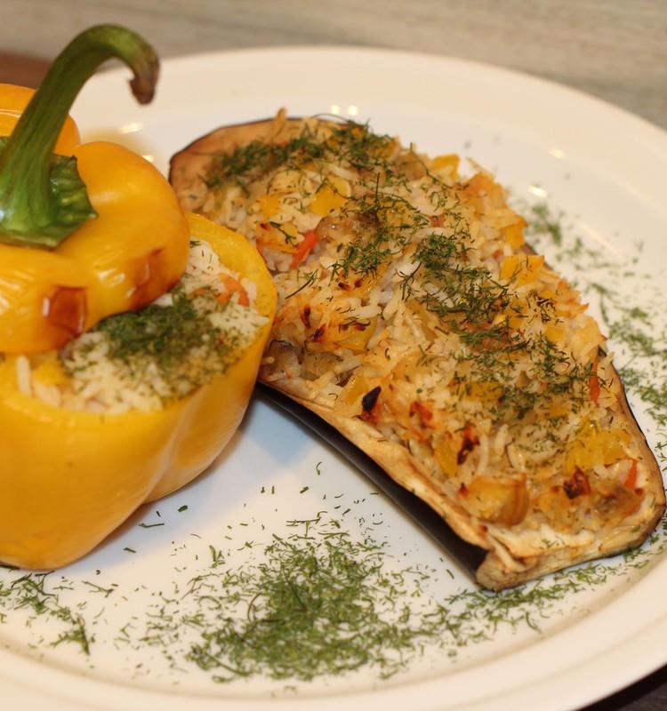 Daržovėmis ir ryžiais įdaryti baklažanai