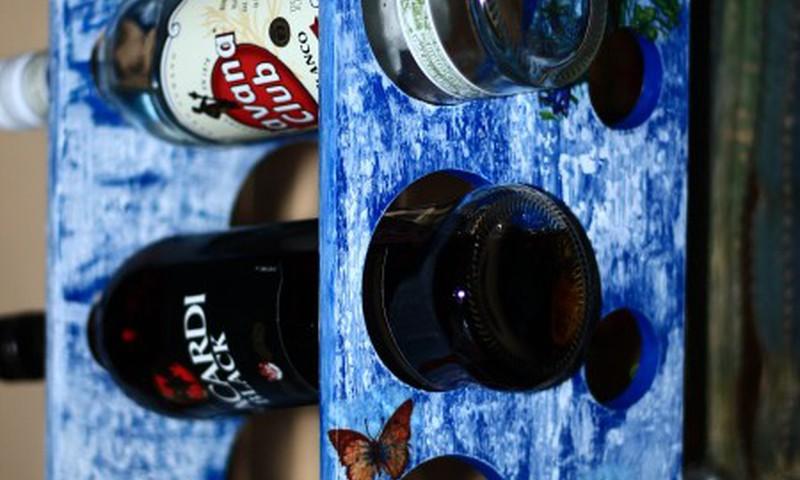 Dekupažo technika pakeistas butelių laikiklis