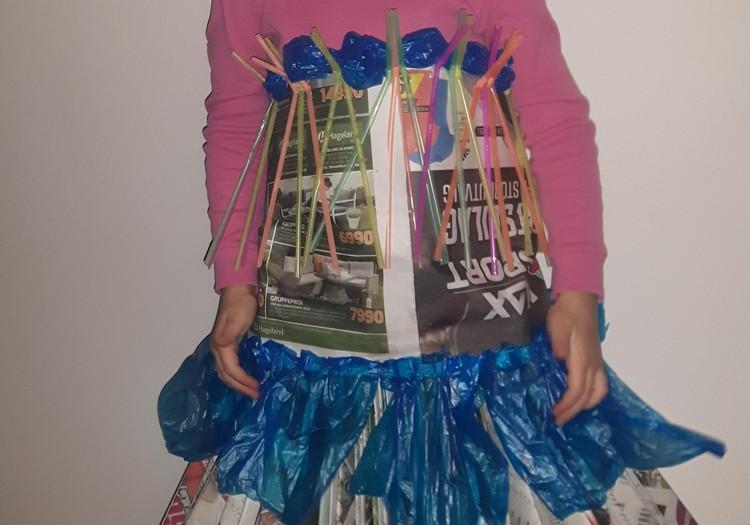 Augustės dienoraštis:  vienetinė laikraštinė suknelė minint Europos atliekų mažinimo savaitę