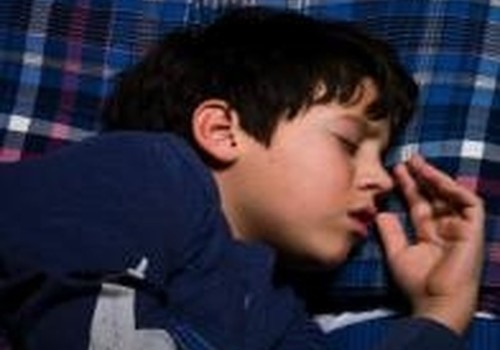 Vaikas šlapinasi į lovą: ką daryti?