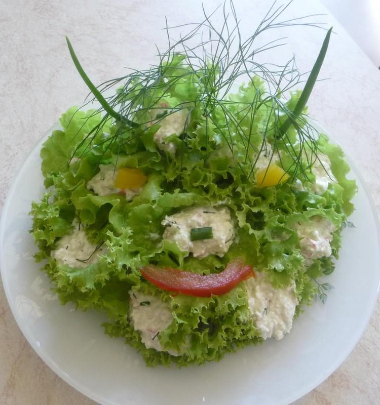 Gaminame iš agurkų: įdaryti salotų lapai.