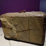 Alegorija- akmeninis lagaminas. Žlugus Sovietų Sąjungai, žmonės gali laisvai keliauti po kitas EU šalis, bet pinigų nėra kelionėms