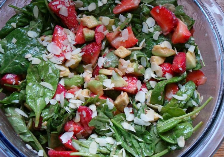 Braškių, špinatų ir avokadų salotos