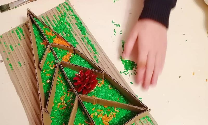 Lavinantys užsiėmimai: žaidimas su spalvotomis kruopomis