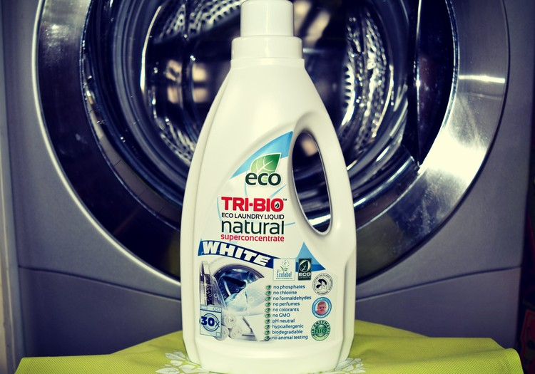 Bandau TRI-BIO produktus: skystas skalbiklis baltiems drabužiams