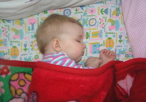 Ar reikalinga vaikeliui iki metukų pagalvė?