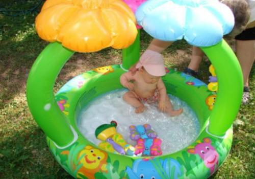 Kūdikius vasarą maudykite dažniau