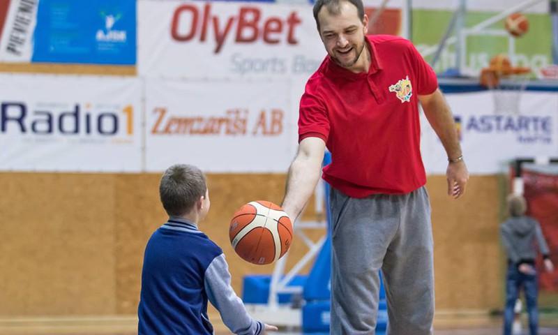 Konkursas Facebooke: Laimėk 10-14 m. sūnui krepšinio treniruotę ar kamuolį