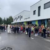 Pirmokai išsirikiavę prie mokyklos