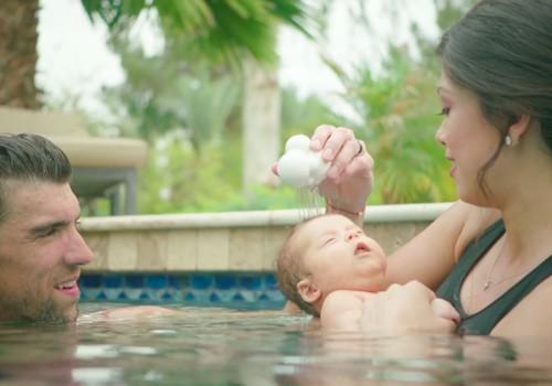 VIDEO: Maiklo Felpso jaunėlio sūnaus pirmosios maudynės