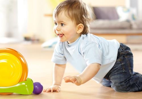 Ar susirūpinti, jei 7 mėnesių vaikas nenori ropoti?