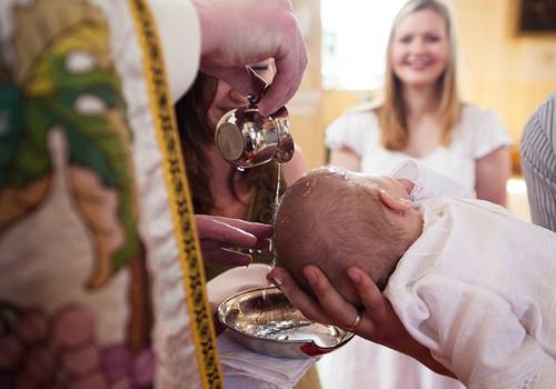 Mes planuojame krikštynas: drabužėliai, skraistelė ir žvakės papuošimas