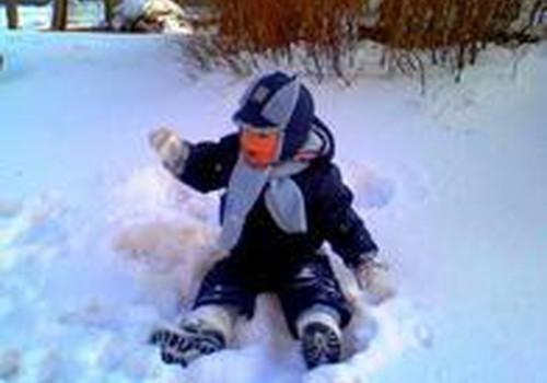 Vaikai, valgykite sniegą į sveikatą!