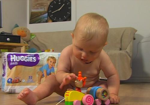 VIDEO: Mažylis mokosi sėdėti