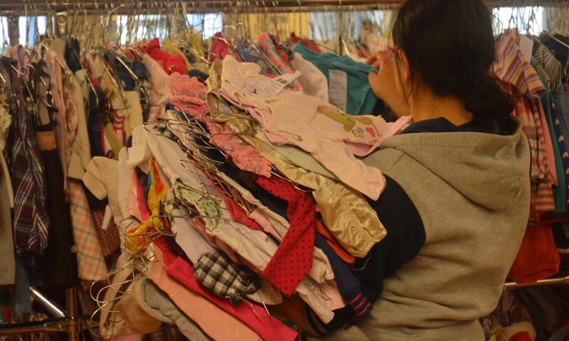 """""""Mamų mugė"""" šeimoms ir vienišiems tėvams dovanos 50000 vaikiškų daiktų"""