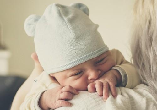 Kodėl pažindęs kūdikis ima verkti: atsako žindymo specialistės