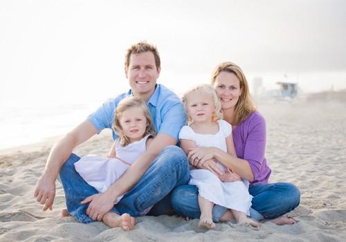Tyrimas rodo - dvi dukrytes auginančios šeimos pačios laimingiausios! BALSUOK ir tu!