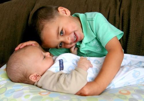 Pirmagimio pavydas jaunėliui: psichologės patarimai