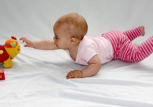 Ar sunerimti, jei 7 mėnesių kūdikis nesivarto