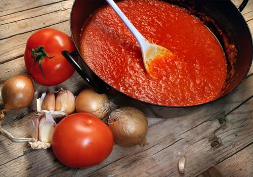 Pirmosios atsargos žiemai savo rankomis: Pomidorų padažas ir Adžika