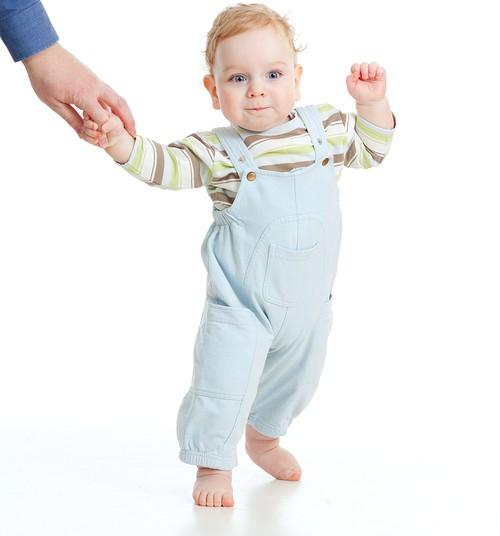 Mažylis pradeda vaikščioti: neveskite už rankų