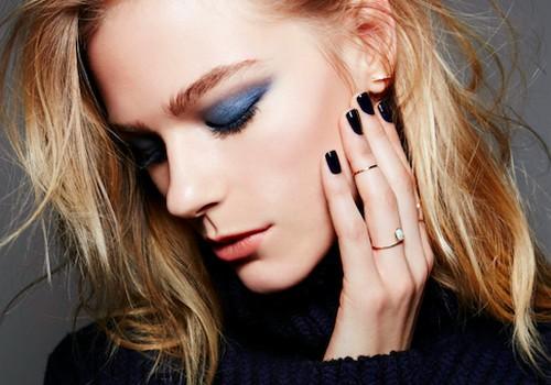 Mėlyna makiažo gudrybė, paslėpsianti rudeninį akių nuovargį