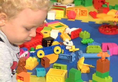 """""""Mamyčių TV"""" VIDEO: Kaip LEGO®DUPLO® kaladėlės padeda lavinti smulkiąją motoriką?"""