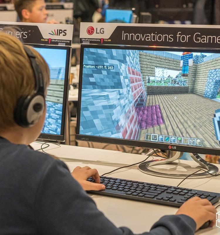 """Populiariausias žaidimas pasaulyje """"Minecraft"""" persikelia į moksleivių klases"""