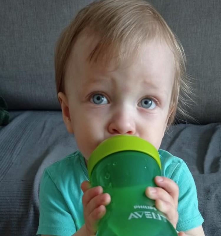 "Kernius testuoja ""Philips Avent My Grippy"" puodelį"