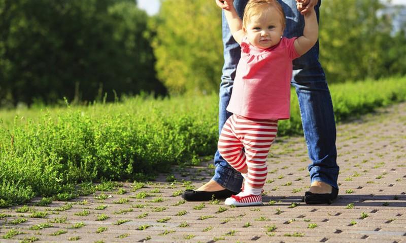 Jei mažylis nevaikšto iki 15 mėnesių - derėtų susirūpinti