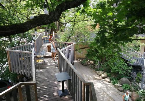 Vasaros gidas: medžių terasos Marceliukės klėtyje